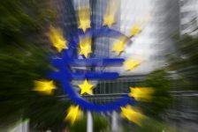 Euro bölgesinde sanayi üretimi Mart'ta yatay kalacağı beklentisine karşılık %0.8 daraldı