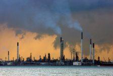 Harvey sonrası rafineriler açılırken petrol yükseldi, benzin düştü